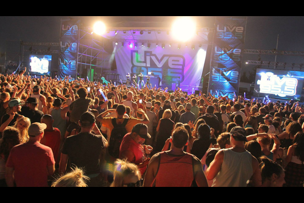 Keep Oregon Well show with Live 955 and Flo Rida in Portland (2015)